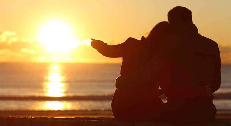 пара дивиться на захід сонця