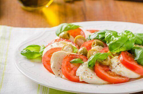 салат з томатами та моцарелою