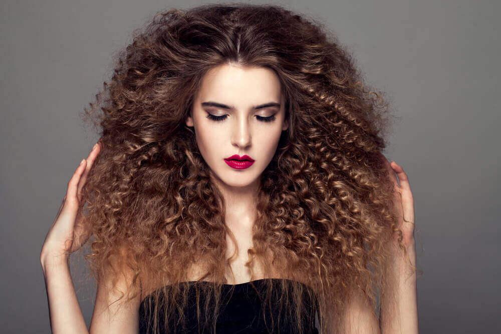 як зробити зачіски для кучерявого волосся