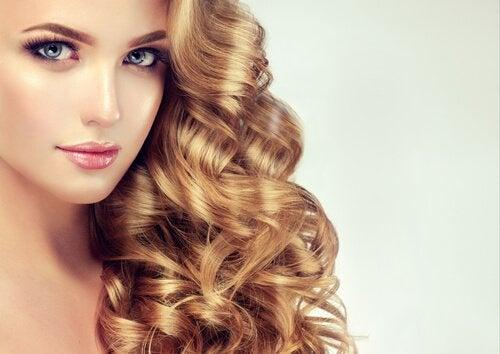 які зачіски для кучерявого волосся