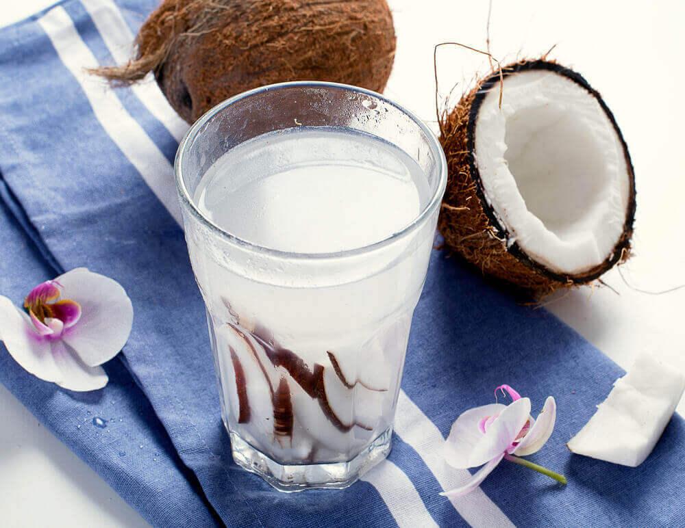 кокосова вода проти закрепу