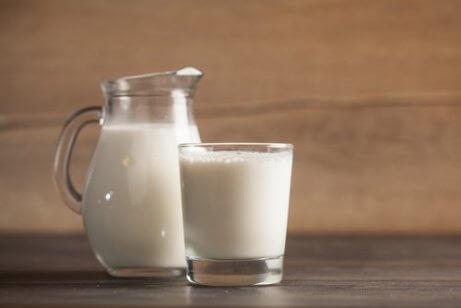 очистити листя рослин молоком