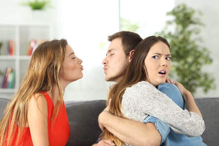 хлопець зраджує дівчині