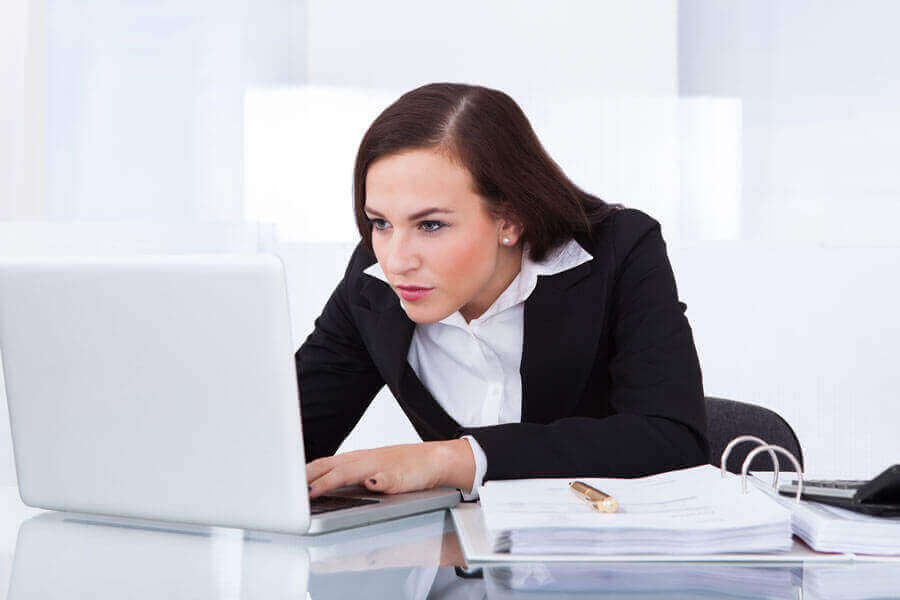 дівчина у офісі працює за комп'ютером