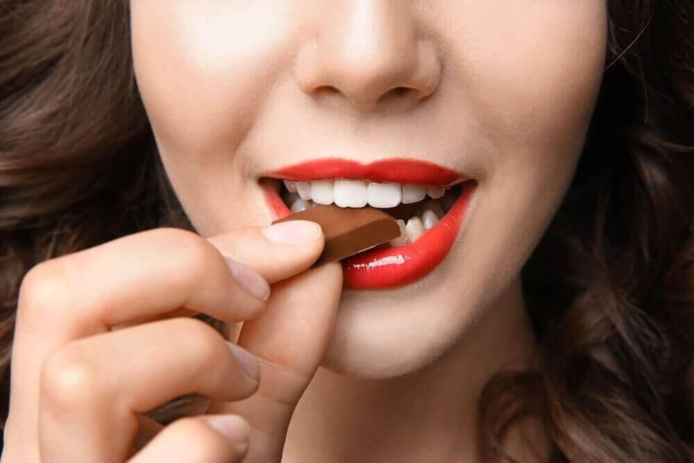 дівчина їсть шоколад