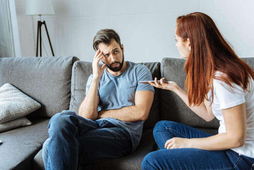 чоловік та жінка сваряться