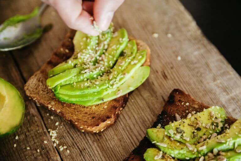 корисні сніданки з авокадо та хлібом