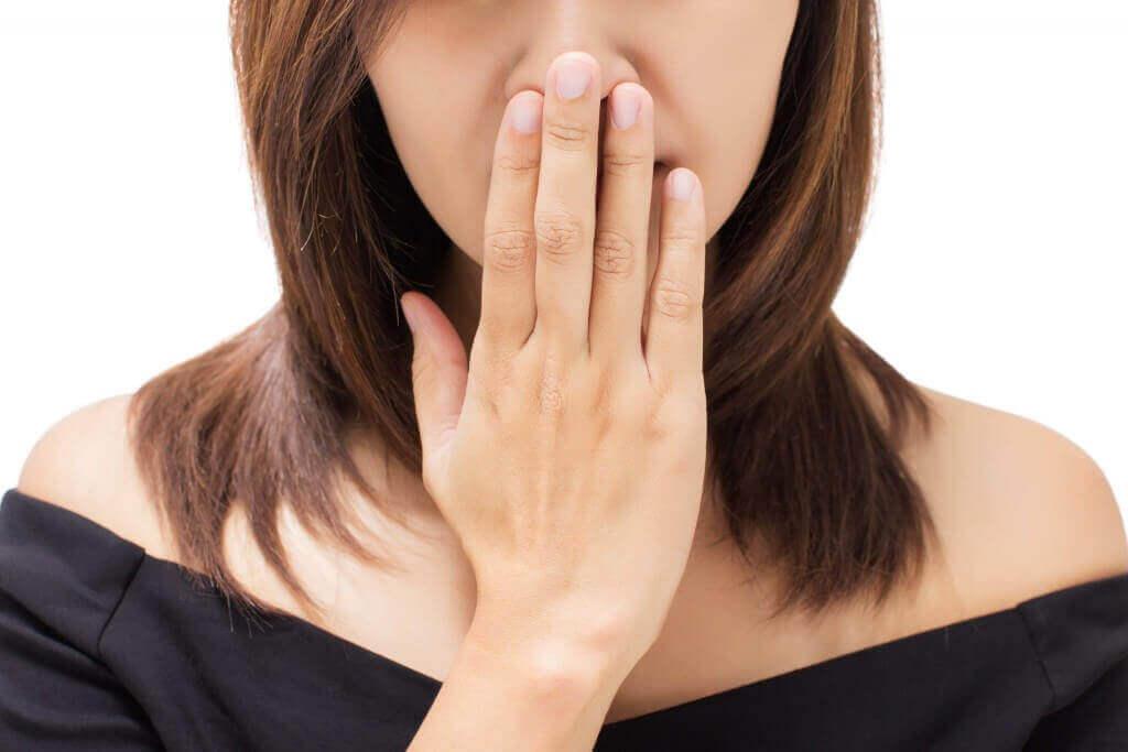 ознаки раку горла - неприємний запах з рота