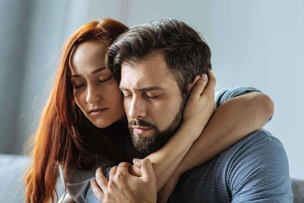 обійми чоловіка та жінки