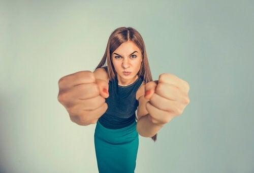 емоційно незрілі люди є агресивними