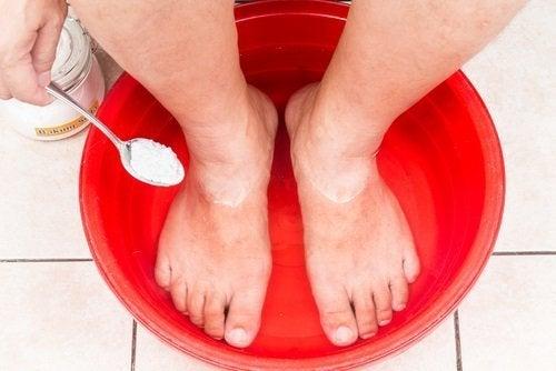 доглядати за ногами харчовою содою