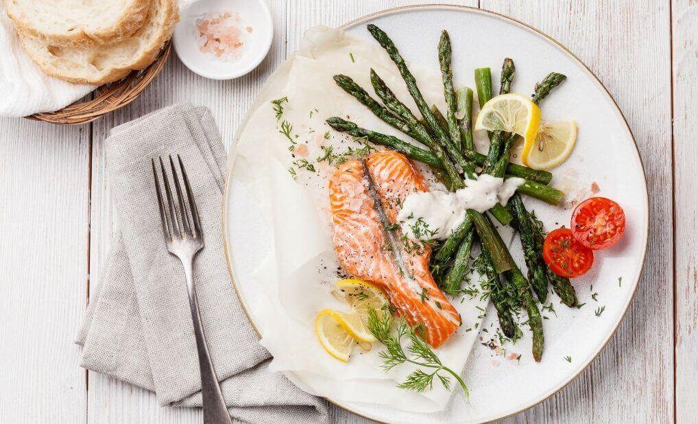 страва з лососем та спаржею