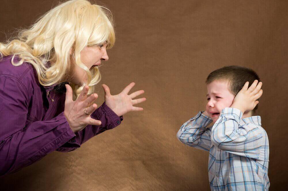 мама кричить на дитину
