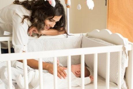 мама біля дитини, яка спить