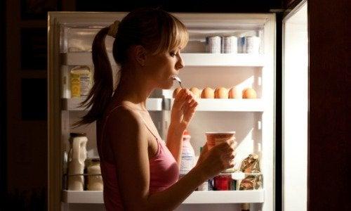 6 фактів про продукти, які не можна їсти перед сном