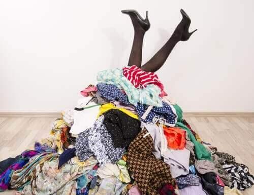 Немає шафи? Без проблем! 7 ідей для зберігання одягу