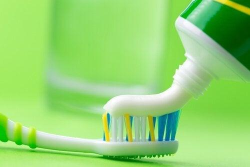 чистити праску зубною пастою