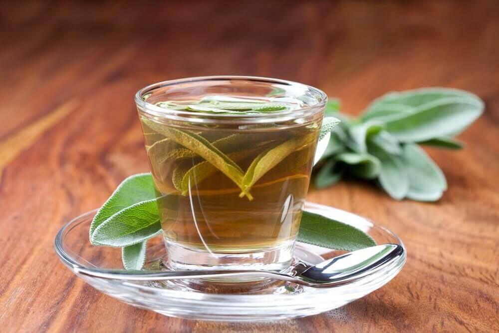 чай з шавлією, щоб подолати наліт у горлі