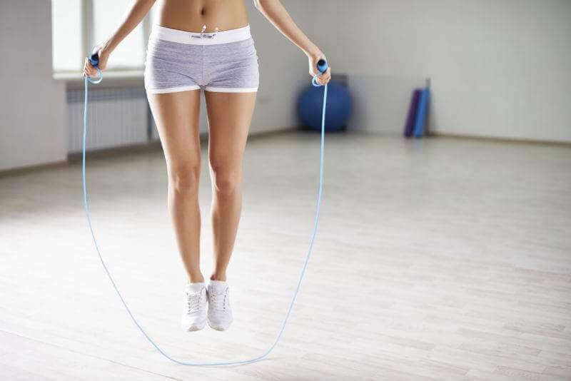 стрибки зі скакалкою зможуть підтягнути ноги
