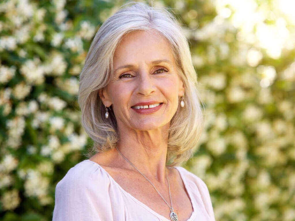 жінка похилого віку посміхається