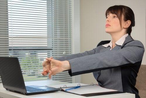 жінка виконує вправи для розминки рук