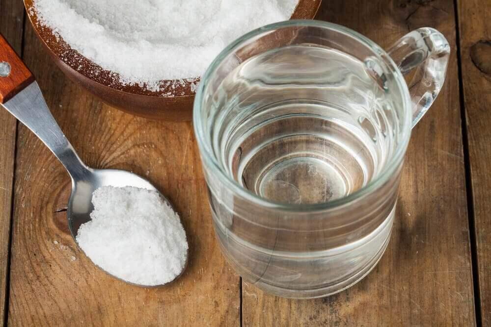 полоскання горла з харчової соди та води