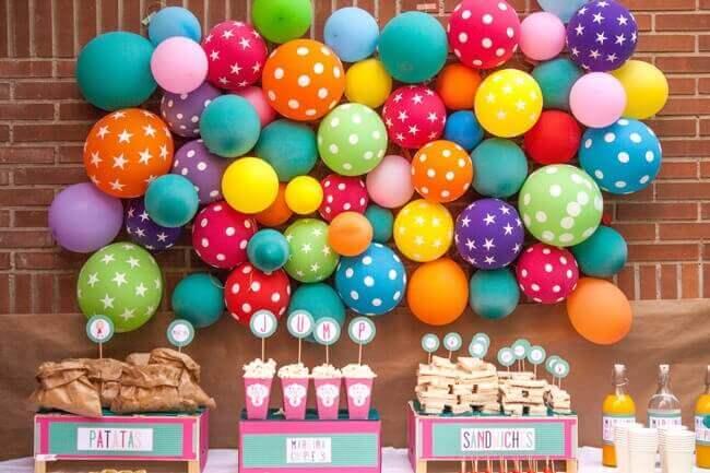 украсить воздушными шарами стены