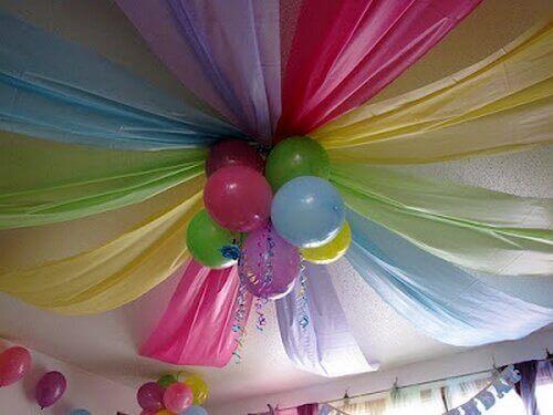 повітряні кулі та кольорові тканини на стелі