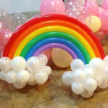 украсить воздушными шарами в форме радуги