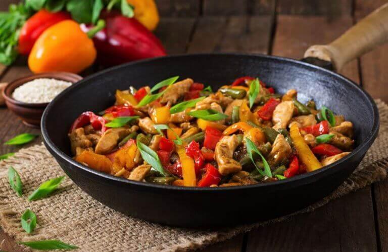 Рецепт смачного рагу з овочами та курятиною