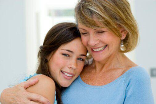 мати обіймає доньку