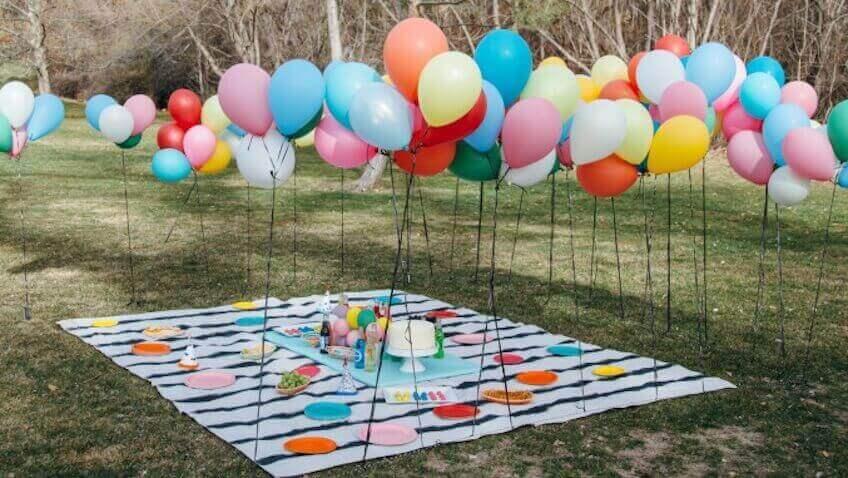 украсить воздушными шарами на улице