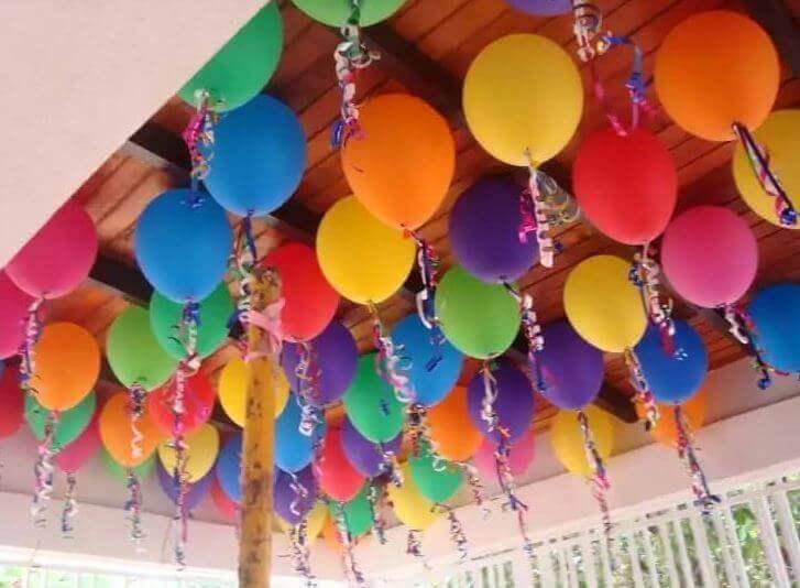 как украсить воздушными шарами потолок