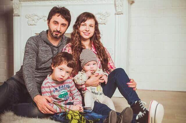 фото дитини з родиною