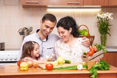 родина готує вечерю