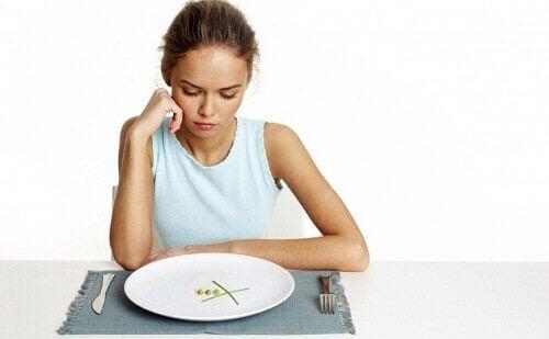 дівчина їсть