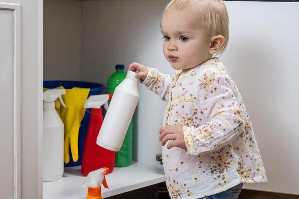 Що треба робити, якщо дитина випила відбілювач?