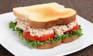 Як приготувати смачний сендвіч із тунцем