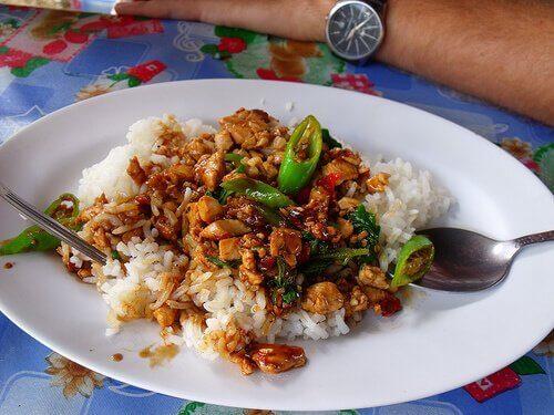 смачний китайський рис з куркою