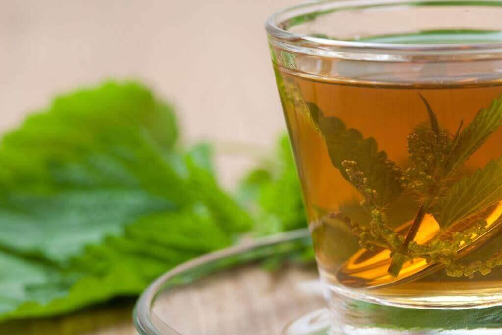 чай з кропиви для полегшення алергії