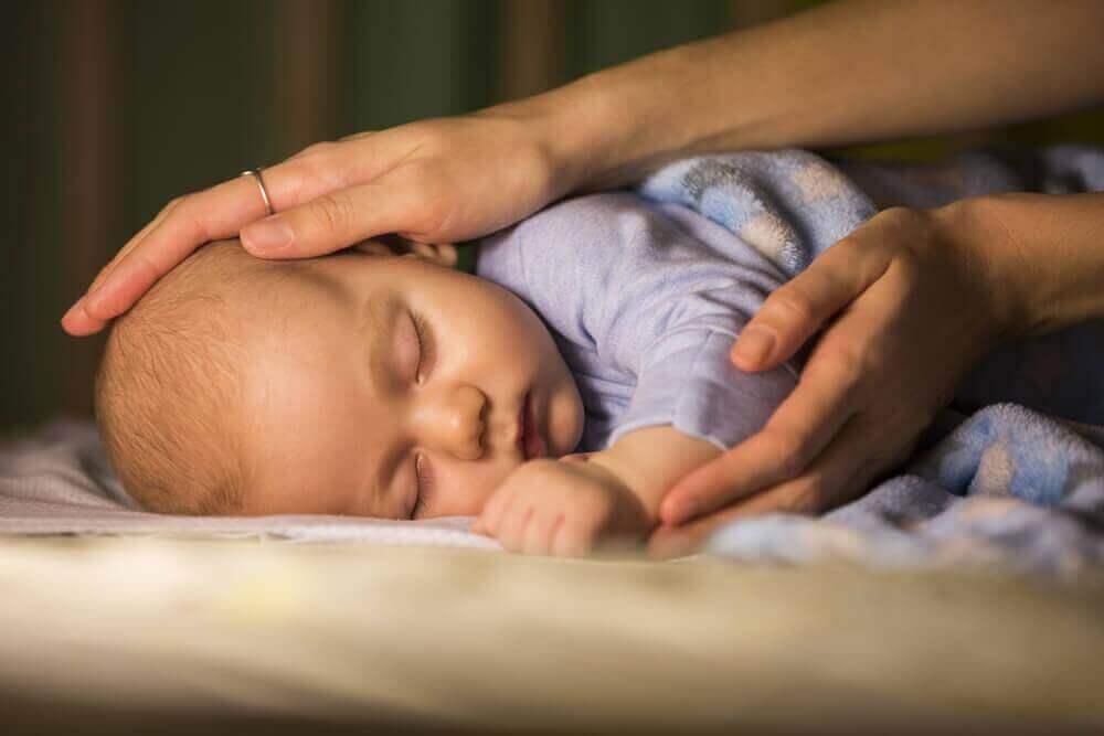 чи треба будити немовля для годування
