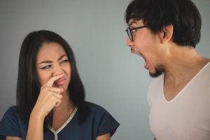 3 натуральні ополіскувачі для рота, які знищують неприємний запах