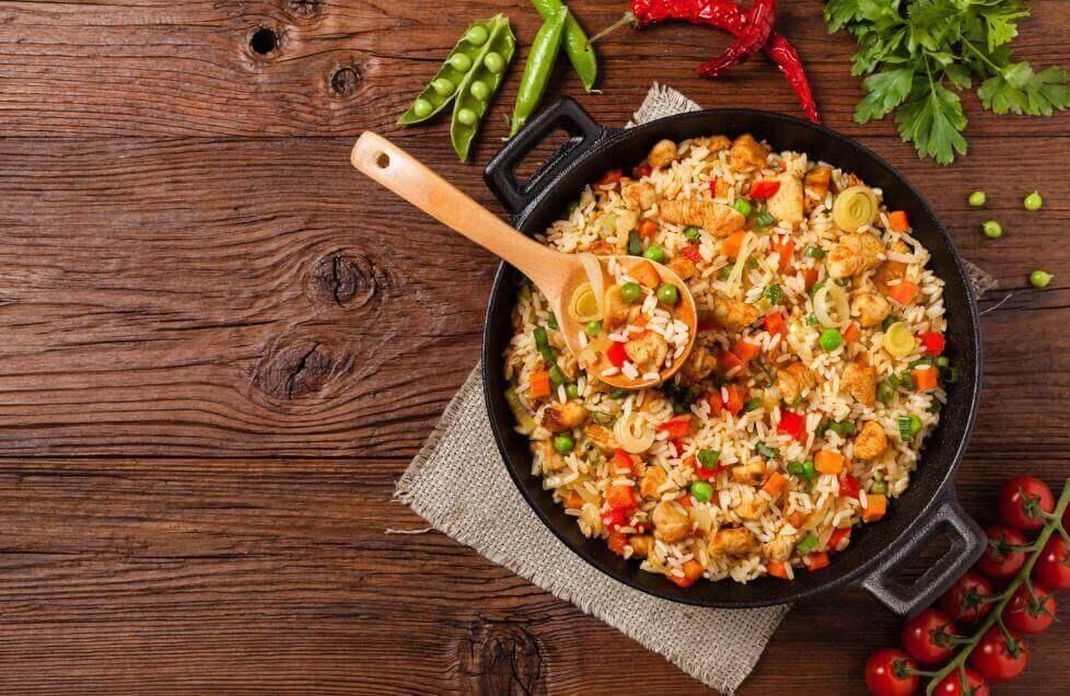 Неймовірно смачний рис з куркою та овочами
