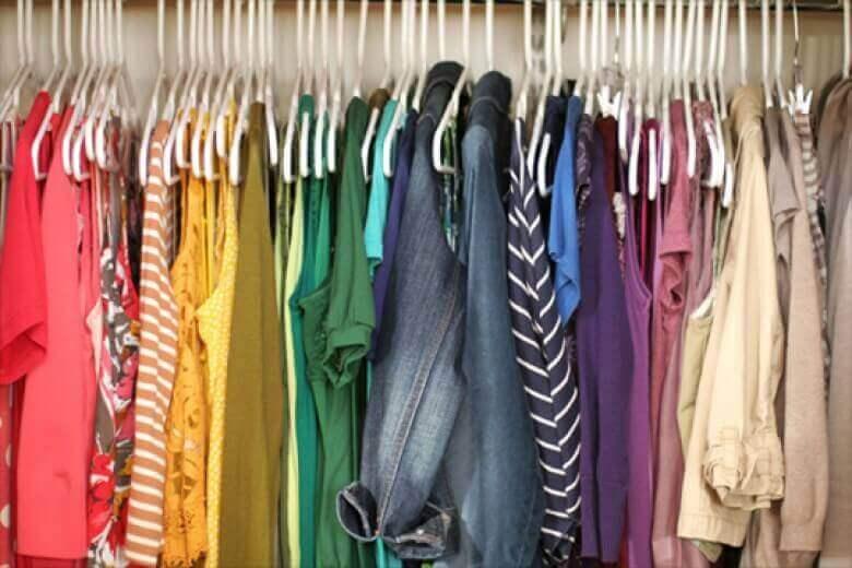 різнокольоровий одяг в шафі