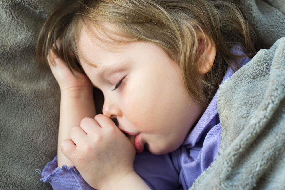 Як відучити дитину смоктати палець: 4 поради