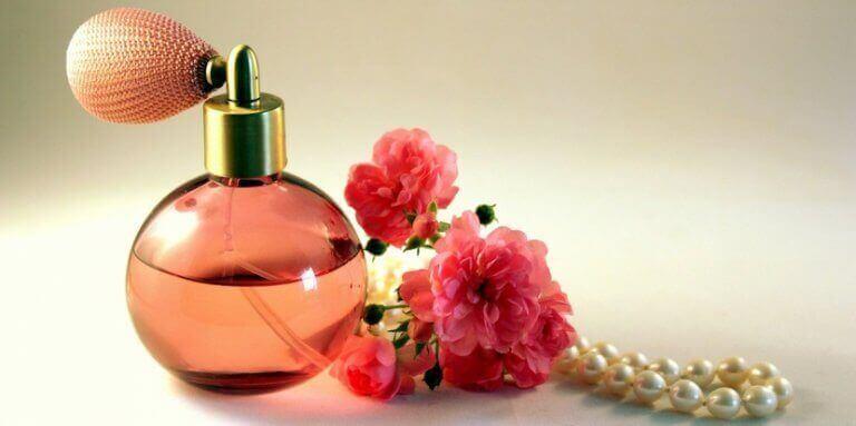 пляшки від парфумів можна використати як вази для квітів