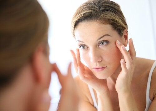 Вмивання обличчя яблучним оцтом. У чому переваги?