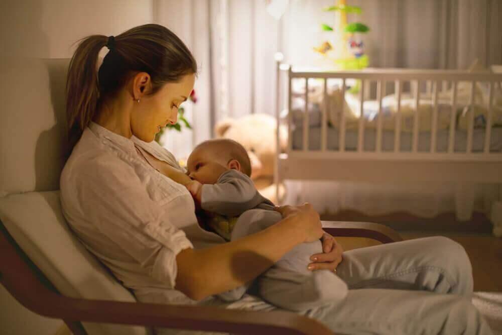 коли треба будити немовля для годування