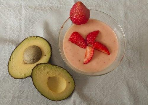 сніданки для хворих на фіброміалгію: авокадо та ягоди