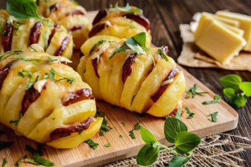 Смачна картопля, фарширована ковбасками та сиром